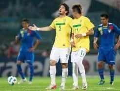 Marcando dois gols cada um, Pato e Neymar garantiram a classificação do Brasil para a próxima fase Créditos Márcio Iannacca
