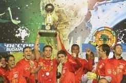 Jogadores comemoram o oitavo título internacional em cinco anos