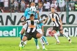Com 10 jogadores durante todo o segundo tempo, mineiros pressioanram o Tricolor durante boa parte da partida_Bruno Cantini