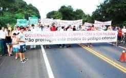 Cartazes, dizeres, narizes de palhaço, distribuição de panfletos e pronunciamentos marcaram a mobilização que fechou a ERS-130, logo após a praça de pedágio_Solano Linck