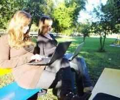 Amigas aproveitam o fim da tarde para passear na área de lazer, onde agora também podem usufruir de internet gratuita