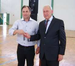 Jovani Nardino (E) entrega chave da prefeitura para seu sucessor Luiz Buttini