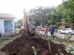 Máquinas do município executam os serviços para instalação de nova rede de água da comunidade