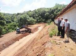 Prefeito Sidnei Eckert e Secretário de Agricultura Paulo Heck acompanharam serviço de terraplenagem executado na granja