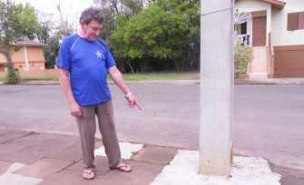 Delorges mostra os reparos realizados em frente a sua residência