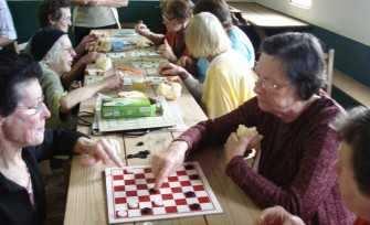 Encontros mensais dos grupos de idosos ganharam mais alegria e integração entre os integrantes que participam dos jogos de dama, moinho e loto. Atividades como essa trabalham a mente e auxiliam na memória, estratégia e concentração