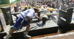 Barkert realiza trabalhos como limpeza de túmulos, capina e lavagem dos mesmos