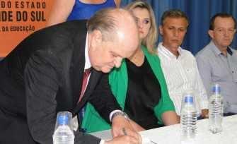 Nelson Paulo Backes e Greicy Weschenfelder assinaram a ata de posse na 3ª CRE na quarta-feira