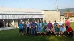 Representantes do Executivo, Legislativo, Diretoria do Clube e comunidade junto ao campo localizado nos fundos da obra de ampliação do Forquetense