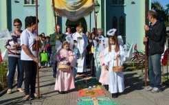 Em Forqueta centenas de fiéis acompanharam a procissão. Comunidade é a única que mantém a tradição dos tapetes coloridos