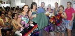 Equipe e participantes do Cras entregam doações para voluntários da Apaam