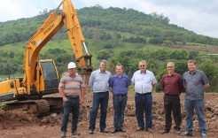 Representantes do Executivo e da Cosuel acompanham serviço de terraplenagem