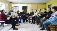Integrantes da comunidade se reúnem com frequência para ensaiar cantos religiosos que são entoados na missa que acontece mensalmente