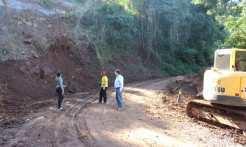Serviço de limpeza foi executado na estrada do Morro São Roque em virtude de deslizamento ocasionado por fortes chuvas