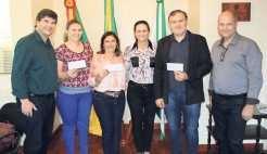 Primeiros ganhadores do programa receberam a premiação no gabinete do Executivo