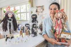 Maristela com a boneca que criou inspirada em si mesma e demais obras que foram para Venâncio Aires