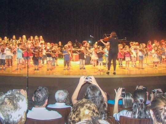 Alunos da escola farão apresentações de piano, violão, canto, violino, flauta doce e bateria