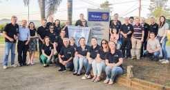 Integrantes do Rotary, Rotaract, prefeito Klaus e demais convidados em frente ao marco rotário