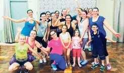 Professora Débora com seus alunos do grupo de dança
