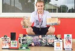Jeremias com o skate, troféus e medalhas que conquistou em competições nacionais e internacionais