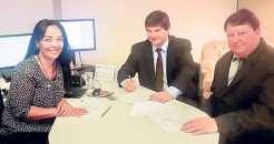 Líderes locais assinaram convênio para melhorias na rede de água de Rui Barbosa com a diretora de convênios da Funasa, Lilian da Silva Capinan