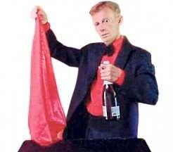 Na foto, o mágico Mister L tira a champagne do lenço e faz um brinde ao público e amigos desejando um feliz 2018