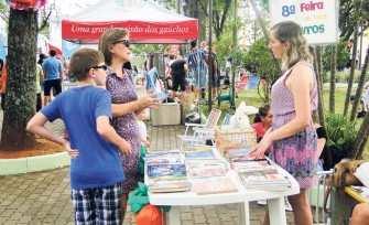 Feira de troca de livros é uma das atrações do domingo