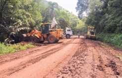 Máquinas e caminhões na recuperação de estradas