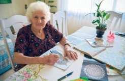 Aos 81 anos Reny já deu vida a seis livros de colorir