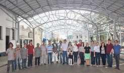 Representantes da Administração Municipal, equipe técnica, integrantes do grupo Conversando sobre Turismo e empresa Serralheria Majolo Ltda. em tarde de colocação da nova cobertura