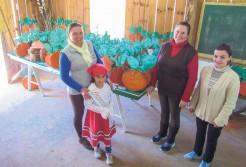 Diretora Maristela Botega Giovanella, professoras Flávia Loss Compagnoni e Isabela Groff com a Boneca da Festa de 2017, Bianca Batista Inácia