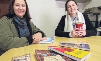 Mara Forneck e Marlise Fuhr em visita ao AT, estendem o convite para que a comunidade também participe com textos