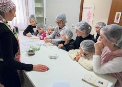 As crianças puderam, na prática, preparar receitas de doces e salgados desde a escolha dos ingredientes até a preparação dos alimentos