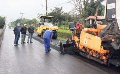 Secretário de Obras Paulo Heck e parte dos servidores municipais que trabalharam na preparação da via, acompanham execução do asfalto