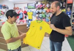 Copa do Mundo impulsiona a venda das camisas da Seleção. Fábio, que já vendeu 50, espera vender mais 20 até o final da competição