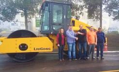 Prefeito Aloísio; vice Liane e o secretário de Obras, Marcelo Passaia, acompanham entrega do novo equipamento que será utilizado em trabalhos das Obras e Agricultura