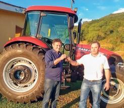 Trator foi recebido pelo prefeito Genésio Hofstetter e o secretário de Agricultura, Vilson Cornellius