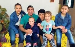 Alex com os cinco filhos em um momento de descontração