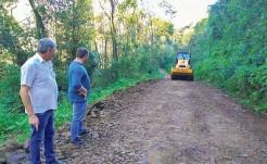 Rolo compactador adquirido recentemente pelo município melhora a qualidade dos serviços realizados nas estradas
