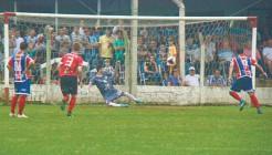 Sete-SC venceu clássico. Placar foi aberto com gol de pênalti cobrado por Diego Marder (D)