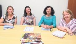 Denise Gerhardt, Mara Forneck e prefeita em exercício, Eluise Hammes com a diretora do AT, Isoldi Bruxel em visita à redação para falar sobre as ações do Plano Municipal de Educação