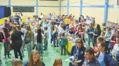 Estudantes visitam a feira que na opinião do prefeito é um método eficaz para desenvolver o intelectual