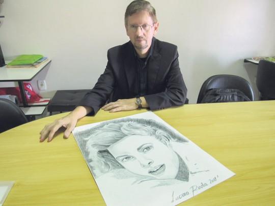 Artista trabalha com a técnica de desenho artístico e repassa seu conhecimento em cursos oferecidos em dois espaços