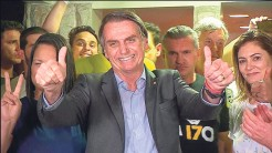 Presidente eleito comemorou a vitória em casa, na Barra da Tijuca no Rio de Janeiro, local que tem sido o ponto de encontro da equipe de campanha e apoiadores desde que Bolsonaro recebeu alta do hospital depois do atentado à faca, em setembro