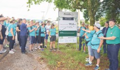Com bastões apontando para a placa indicativa, caminhantes inauguram o primeiro Caminho Autoguiado de Arroio do Meio