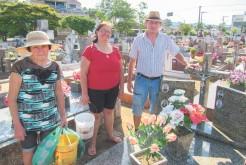 Moradores do bairro Medianeira, Euclécio, Marlise e Sônia estiveram no cemitério de Bela Vista durante a semana para organizar túmulos de parentes e pretendem participar da missa de sexta-feira em caso de bom tempo