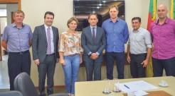 Acompanhada pelo deputado Lucas Redecker, comitiva de Capitão renova pedido por asfalto