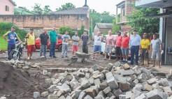 Representantes do Executivo, Legislativo e moradores da Tiradentes acompanham andamento da obra de pavimentação da rua