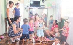 Prefeita em exercício, Eluise Hammes e coordenadora da Educação Infantil, Denise Neumann, acompanharam retorno das crianças à Ecei Turma da Mônica