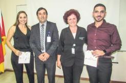 Os formandos Aline Vogg e Cauê Attab, com o diretor da rede Divina Providência, José Clóvis Soares e da gerente administrativa Fabiane Hammes Gasparotto